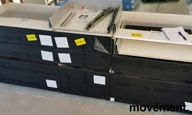 Benkeskap HTH til kjøkken i hvitt med fronter i sort m/eikelist, 3 stk bredder med skuffer (80+50+80)+bonus, pent brukt demokjøkken bilde 8
