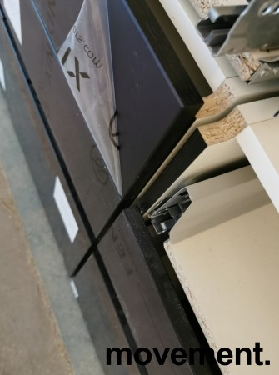 Benkeskap HTH til kjøkken i hvitt med fronter i sort m/eikelist, 3 stk bredder med skuffer (80+50+80)+bonus, pent brukt demokjøkken bilde 5