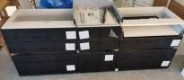 Benkeskap HTH til kjøkken i hvitt med fronter i sort m/eikelist, 3 stk bredder med skuffer (80+50+80)+bonus, pent brukt demokjøkken