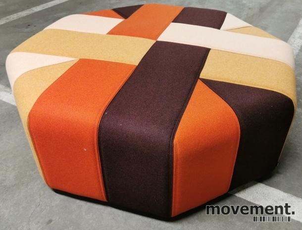 Stor, åttekantet sittepuff fra Materia i flerfarget stoff, Ribbon serie, Ø=120cm H=41cm, pent brukt bilde 2