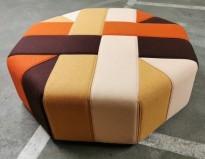 Stor, åttekantet sittepuff fra Materia i flerfarget stoff, Ribbon serie, Ø=120cm H=41cm, pent brukt