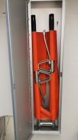 Sykebåre for beredskap i bedriften, sammenleggbar modell i vegghengt aluminiumsskap, pent brukt