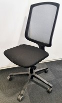 EFG One Sync kontorstol i sort stoff / rygg i sort mesh, pent brukt