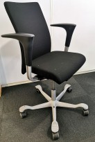 Kontorstol: Håg H04 4600 i sort stoff, armlene i sort, kryss i grått (ny type), pent brukt