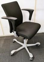 Kontorstol: Håg H04 4400 i sort stoff, armlene i sort, kryss i grått (ny type), pent brukt