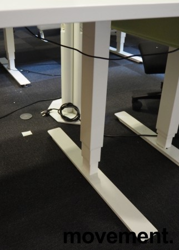 Skrivebord med elektrisk hevsenk i lys grå / hvitt fra EFG, 140x90cm, pent brukt bilde 4