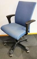 Kontorstol: Håg H04 4650 i blått ullstoff, armlene i sort, sort kryss, brukt med noe kosmetisk slitasje