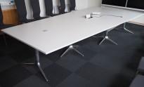 Trapesformet møtebord i lys grå / polert aluminium fra EFG, 400x200cm/120cm, passer 10-12 personer, egnet for videokonferanse, pent brukt