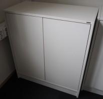 Skap med dører i hvitt fra Aarsland, 2 permhøyder, bredde 80cm, høyde 88cm, pent brukt