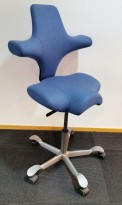 Ergonomisk kontorstol fra Håg: Capisco 8106, lyst blått stoff / grått fotkryss, 69cm maxhøyde, pent brukt