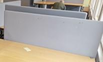 Bordskillevegg / bordskjerm i lysegrått stoff fra Götessons, 160x65cm, pent brukt