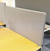 Bordskillevegg / bordskjerm i lysegrått stoff fra Götessons, 120x65cm, pent brukt