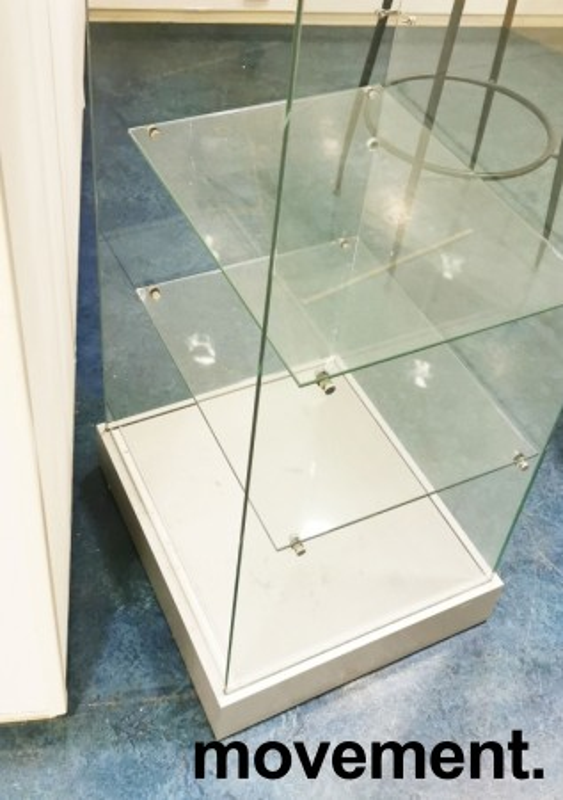 Glassmonter / premieskap, 51cm bredde, 46cm dybde, 181cm høyde, åpen bakside, pent brukt bilde 2