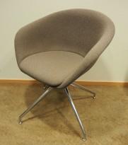Loungestol fra Arper, modell Duna, lyst brunt stoff, ben i polert aluminium, design: Lievore Altherr Molina, pent brukt