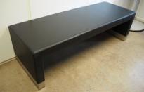 Sittebenk, Gallery fra ForaForm i sort skinn, 155x55cm, høyde 48cm, pent brukt