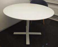 Rundt møtebord med bordplate i hvitlasert eik, Kinnarps Oberon, Ø=110cm, H=72cm, hvitt understell, pent brukt