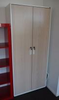 Rekvisitaskap i hvitt / hvitlasert ask front fra Holmris, bredde 80,5cm, høyde 181cm, 4 permhøyder, pent brukt