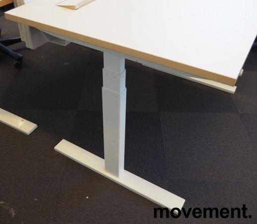 Skrivebord med elektrisk hevsenk fra Holmris i lys beige / forkant i eik / hvitlakkert understell, 120x80cm, pent brukt bilde 4