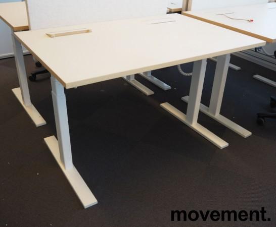 Skrivebord med elektrisk hevsenk fra Holmris i lys beige / forkant i eik / hvitlakkert understell, 120x80cm, pent brukt bilde 1