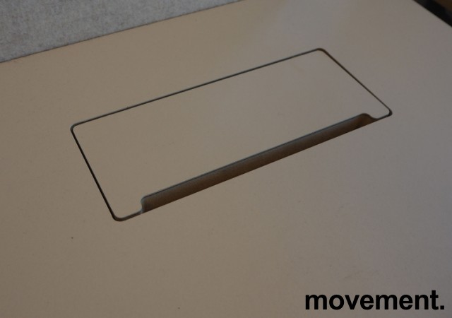 Skrivebord med elektrisk hevsenk fra Holmris i lys beige / forkant i eik / hvitlakkert understell, 120x80cm, pent brukt bilde 3