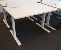 Skrivebord med elektrisk hevsenk fra Holmris i lys beige / forkant i eik / hvitlakkert understell, 120x80cm, pent brukt