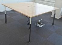 Møtebord fra Materia, modell: Angle, 140x140cm, hvitlasert eik plate, krom ben, 4-8 personer, pent brukt