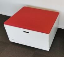 Loungemøbel, liten hvit kloss med rød sittepute, 65x70cm, 43cm H, oppbevaringsskuffer på 2 sider, pent brukt