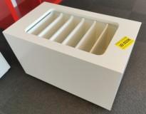 Loungemøbel, liten hvitt kloss med tidsskriftsamler, 65x37,5cm, 40cm H, pent brukt
