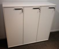 Skap med 3 dører i hvitt, bredde 120cm, høyde 110cm, pent brukt