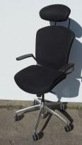 Savo Maxikon med høy rygg, nakkepute og armlene, sort stoff, kryss i polert aluminium, pent brukt