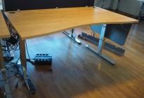 Skrivebord med elektrisk hevsenk i eik laminat / krom fra EFG, 160x90cm med mavebue, pent brukt