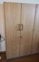 Skap med dører i eik laminat fra EFG, 4 permhøyder, bredde 80cm, høyde 157cm, pent brukt