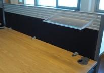 Bordskillevegg / skjermvegg for skrivebord fra EFG, sort stoff, 160x50cm, pent brukt
