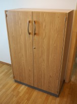Skap med dører i eik laminat fra EFG, 3 permhøyder, bredde 80cm, høyde 120cm, pent brukt