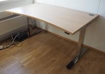 Skrivebord med elektrisk hevsenk i eik laminat / krom fra EFG, 140x90cm med mavebue, pent brukt