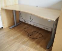 Kinnarps T-serie elektrisk hevsenk skrivebord 180x90cm i bjerk, mavebue, pent brukt