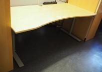 Kinnarps Oberon elektrisk hevsenk skrivebord 180x90cm i bjerk, mavebue, pent brukt