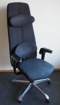 Kontorstol: HÅG H09 9130 i sort stoff, høy rygg, armlene, nakkepute, jakkehengert, polert aluminium kryss, pent brukt
