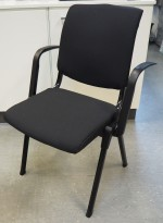 Håg Conventio 9521, stablebar, lettvekts konferansestol, NYTRUKKET i sort stoff / sort ben / armlene, pent brukt