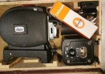 Morsom, vintage DIAS-fremviser fra Leitz med div tilbehør i brun koffert