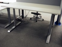 Skrivebord med elektrisk hevsenk i hvitt / grått, 160x80cm, pent brukt understell med ny plate