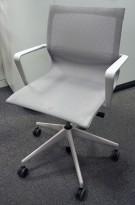 Konferansestol i lyst grå mesh fra Vitra, modell Physix, design: Alberto Meda, pent brukt
