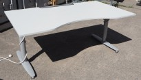 Skrivebord i lys grå fra Kinnarps, T-serie, lys grå, 160x90cm med mavebue, pent brukt