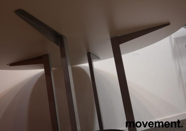 Rundt møtebord / konferansebord / kantinebord i hvitt / grått fra Kinnarps, modell Asto, Ø=120cm, pent brukt understell med ny plate bilde 2