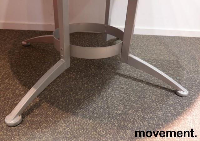 Rundt møtebord / konferansebord / kantinebord i hvitt / grått fra Kinnarps, modell Asto, Ø=120cm, pent brukt understell med ny plate bilde 3