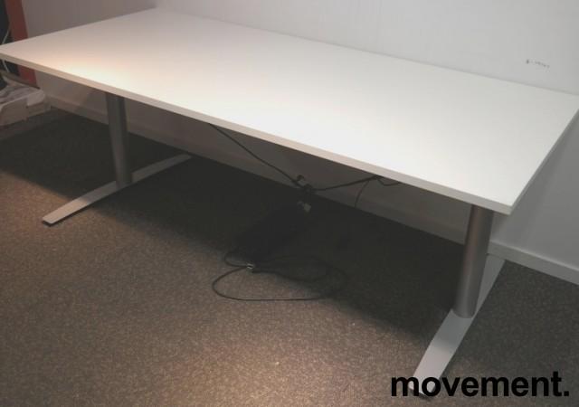 Skrivebord med elektrisk hevsenk i hvitt / grått fra Svenheim, 180x80cm, pent brukt understell med ny plate bilde 2