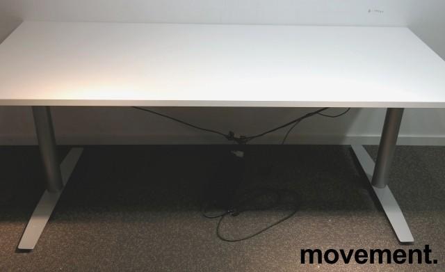 Skrivebord med elektrisk hevsenk i hvitt / grått fra Svenheim, 180x80cm, pent brukt understell med ny plate bilde 1