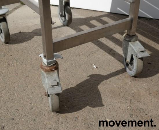 Brettralle / brettvogn med 18 hyller for kantinebrett / stekebrett, 33x55, brukt bilde 2