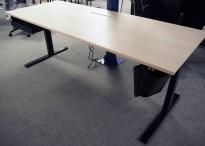 Lekkert skrivebord med elektrisk hevsenk i hvitpigmentert eik / sort fra Ragnars, 200x80cm, pent brukt