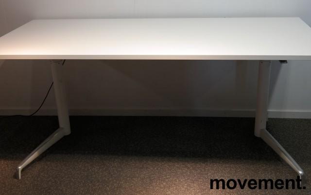 Lekkert skrivebord med elektrisk hevsenk fra Holmris, Modell: Genese, 180x80cm, hvitt / polert aluminum, pent brukt understell med ny plate bilde 1
